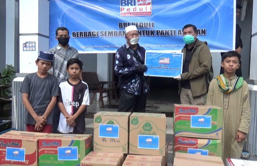 paket sembako diserahkan langsung oleh pemimpin wilayah BRI kanwil Banjarmasin kepada ketua yayasan