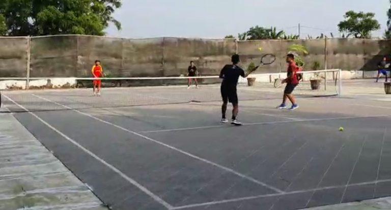 Nazar bermain tenis lapangan