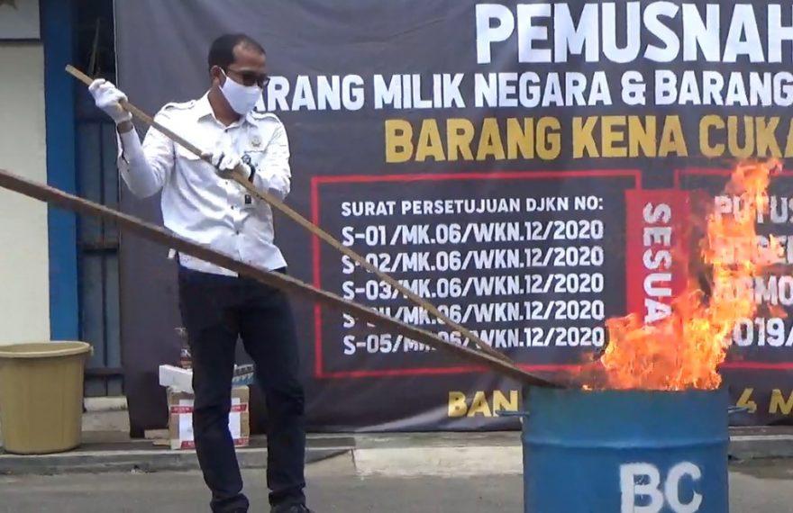 pemusnahan rokok ilegal dengan cara dibakar