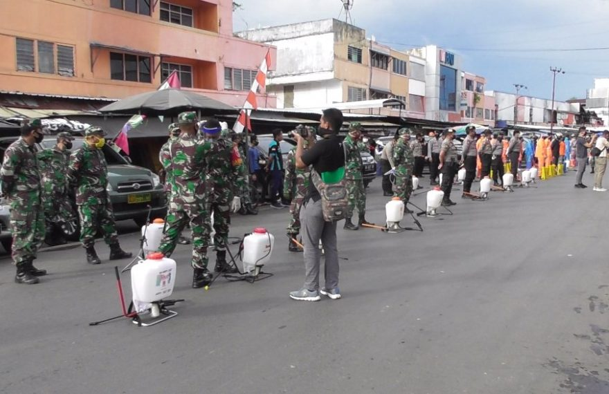 penyemprotan diisnfektan di kawasan Pasar Baru Banjarmasin