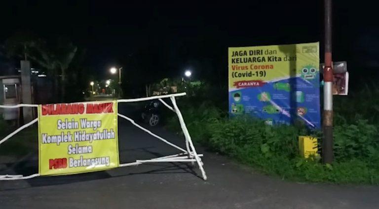 Warga Portal Jalan Masuk Komplek Hidayatullah Saat Jam Malam