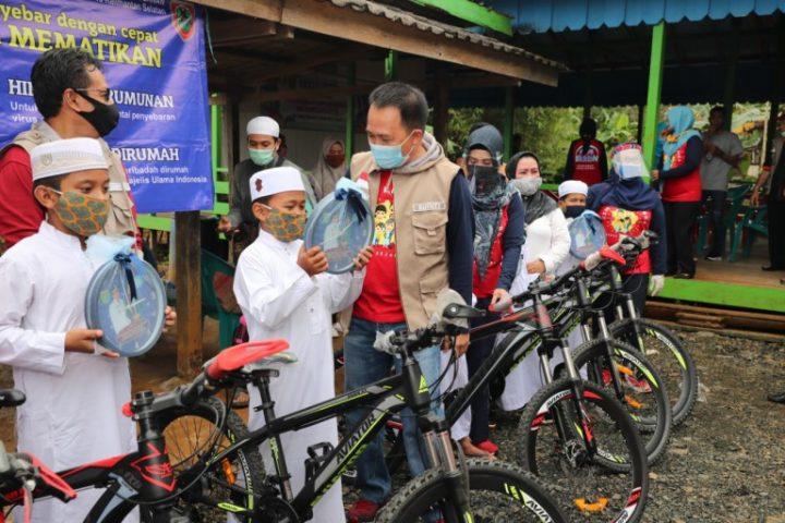 Bupati Tanah Bumbu memberikan sepeda kepada anak-anak