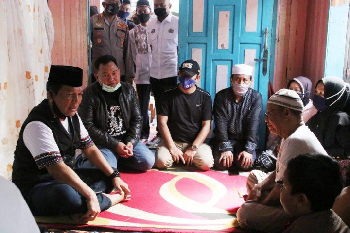Turut Berduka, Kapolda Kalsel Melayat ke Kediaman Anggota Korban Penyerangan Orang Tidak Dikenal