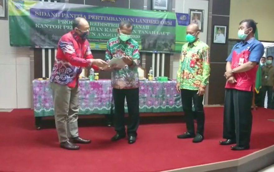 penyerahkan 117 bidang sertifikat tanah instansi Pemkab Tanah Laut