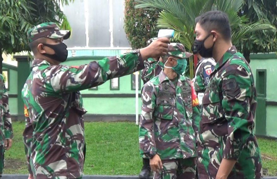 Sejumlah personil Bhabinsa Kodim 1007 Banjarmasin, terlihat melakukan simulasi saat berada di tempat keramaian