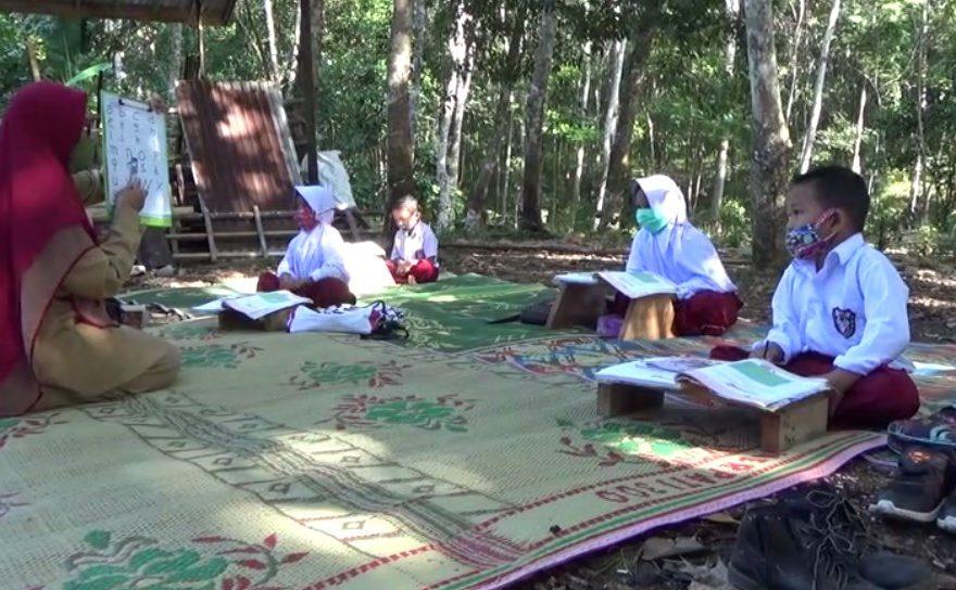 Beberapa Guru Pengajar Rela menyambangi Murid di Lereng Pegunungan Meratus