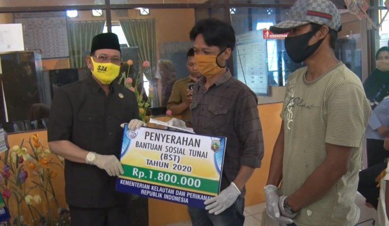 Bupati Kotabaru Menyerahkan Dana Bantuan Sosial