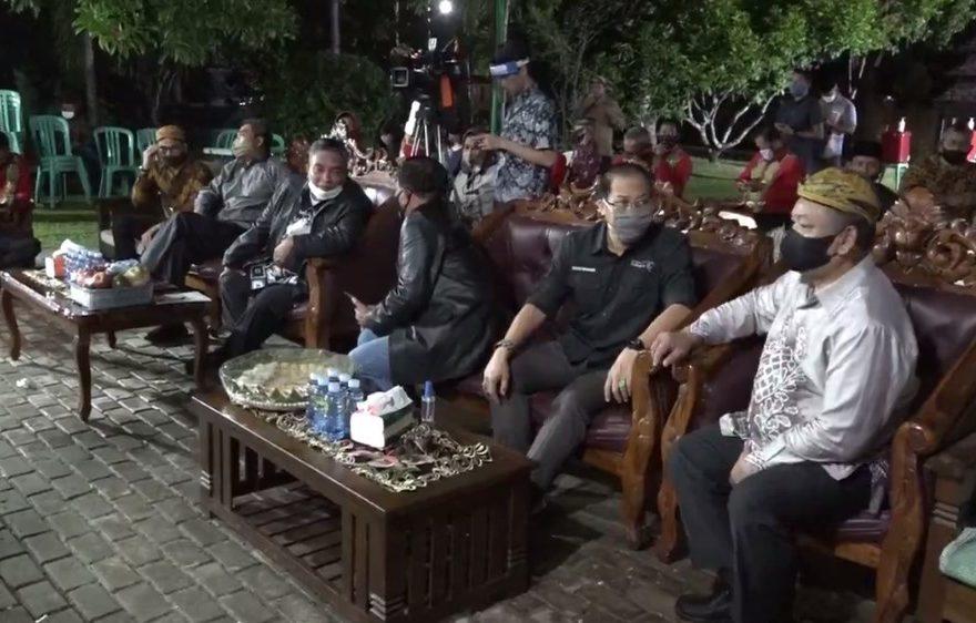 H. Nadjmi Adhani menghadiri pagelaran wayang kulit