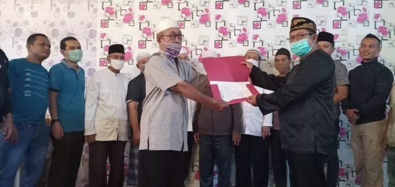 H.Ahmad Yamani menyerahkan pengelolaan makam kepada Zuriyat Kesultanan Banjar kepdaSyarifuddin Nur SE.