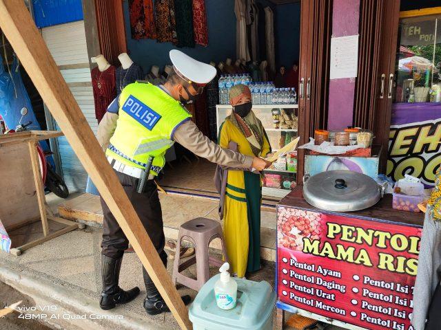 Disiplinkan Masyarakat, Sat Lantas Polres HSU Gelar Patroli dan Bagikan Pamplet Cegah Tangkal Covid-19