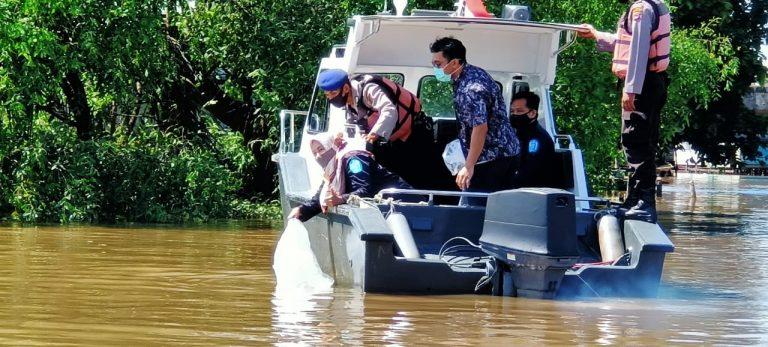 Jaga Ekosistem Ikan, 10.000 Bibit Patin dan Kelabau Ditebar Di Perairan Pulau Bromo