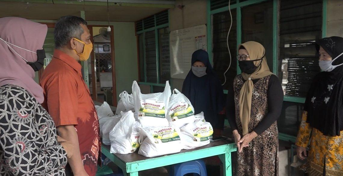 Kantor Pegadaian Cabang Banjarmasin, menyalurkan bantuan berupa paket sembako