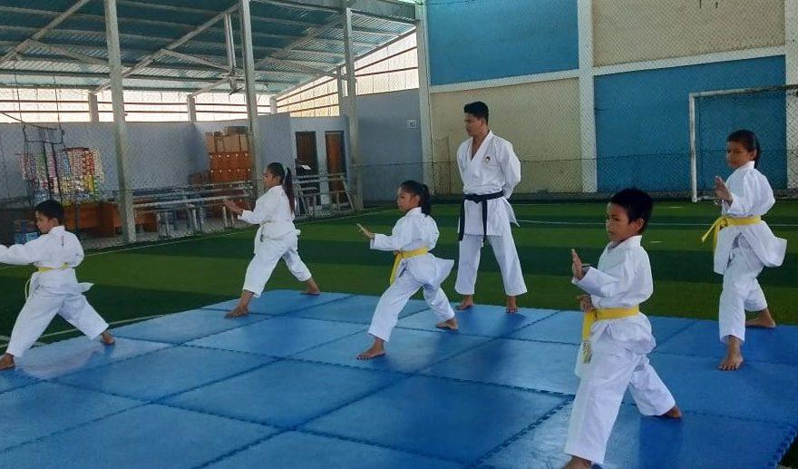 Karateka melakukan latihan dengan menerapkan protokol kesehatan Covid-19.