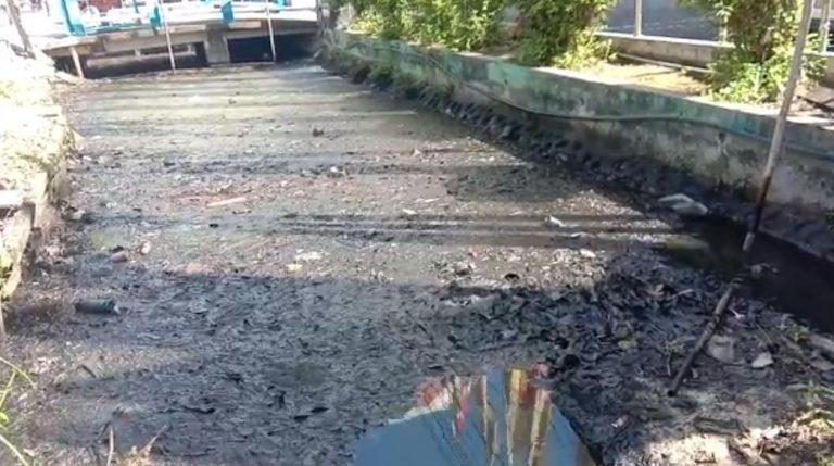 Limbah Oli Membuat Sungai Tercemar