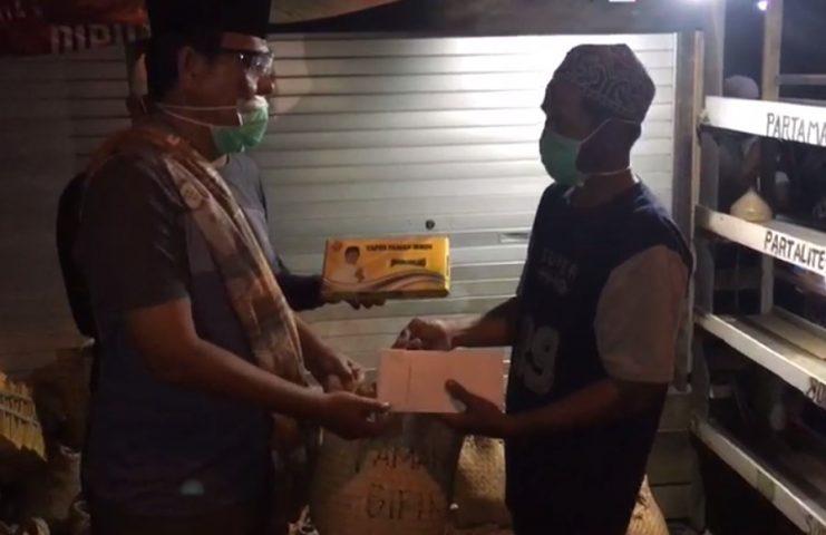 Paman birin serahkan Bantuan untuk korban kebakaran