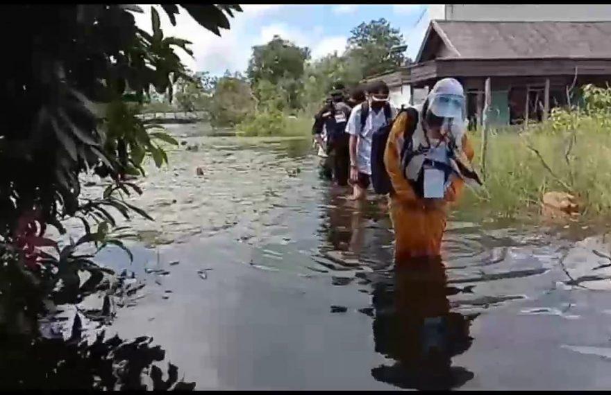 Petugas Coklit Harus Terjang Banjir