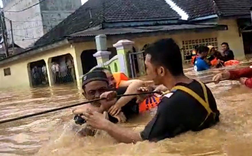 Proses evakuasi warga Pelaihari menggunakan seutas tali