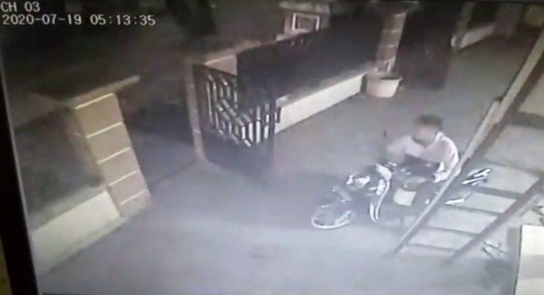 Rekaman CCTV Saat Maling Beraksi Mengambil Sepeda Motor