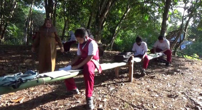 Siswa SD Belajar di lereng pegunungan meratus