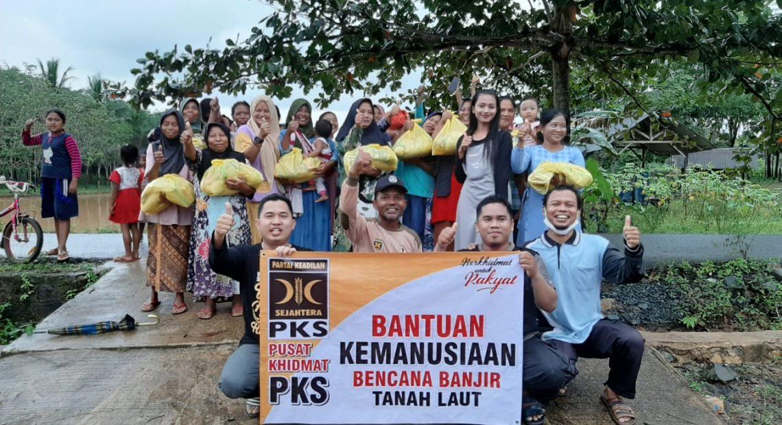 Tim DPW PKS Kalsel Berikan Bantuan Sembako Kepada Korban Banjir