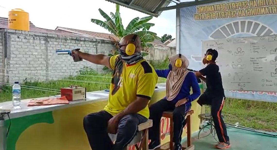 atlet NPC Kalsel sedang berlatih menembak