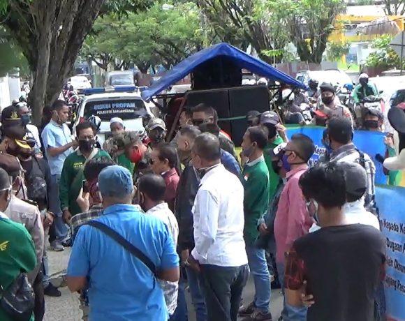 demo di depan kantor Kejati