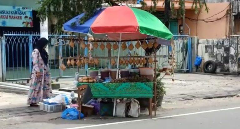 pedagang ketupat menjamur di jalan A Yani