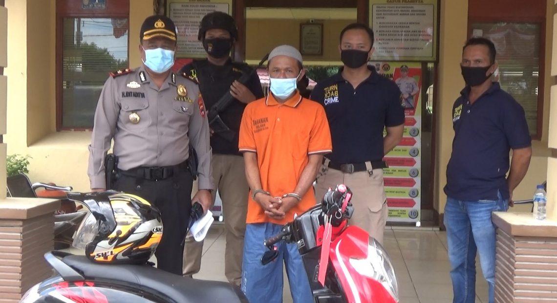 pelaku yang sudah tertangkap bersama barang bukti sepeda motor korban