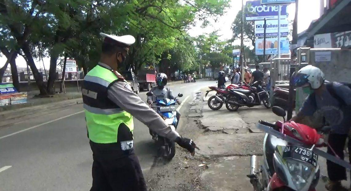 Polisi menghentikan pengendara saat razia di sekitaran Siring Pierre Tendean