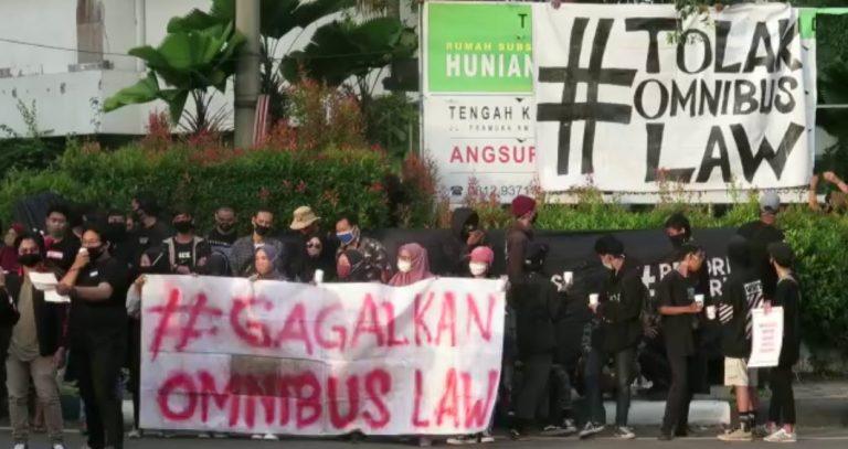 sekelompok mahasiswa menggelar aksi di depan Hotel A
