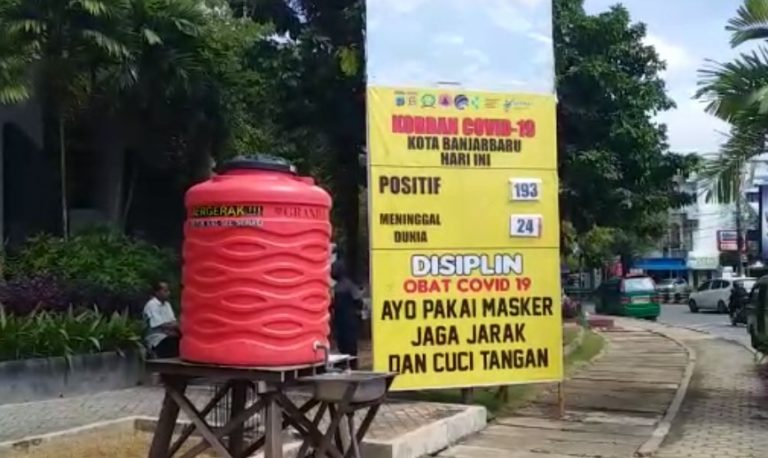 spanduk sosialisasi wabah Covid-19 di Simpang Empat Bundaran Banjarbaru