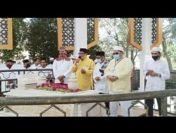 DPD partai Golkar kota Banjarmasin H. Yuni Abdi Nur Sulaiman, beserta jajaran melakukan ziarah ke makam tokoh Golkar