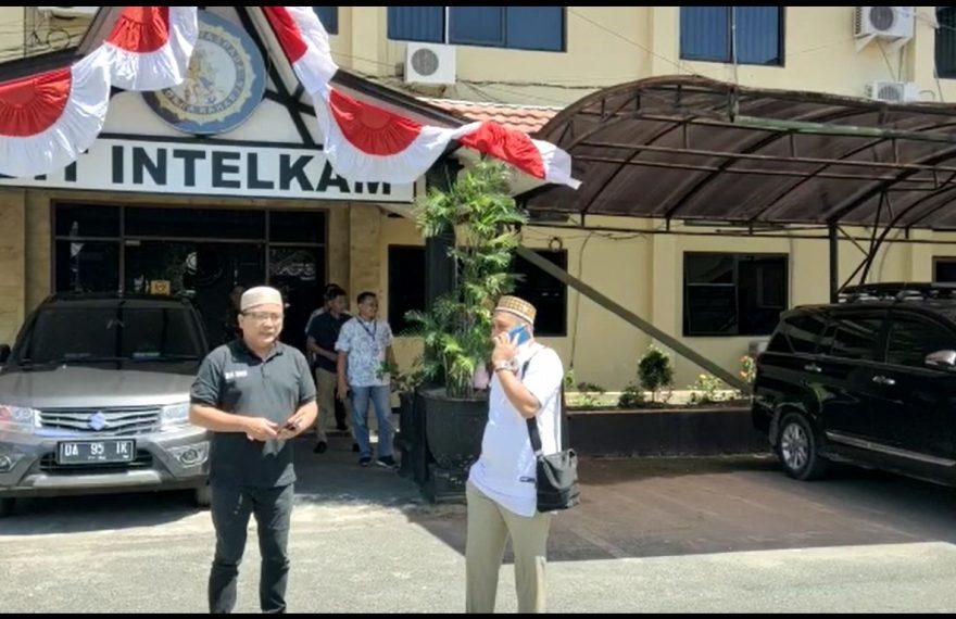 Denny beserta tim mengurusSKCK di Intelkam Mapolda Kalsel