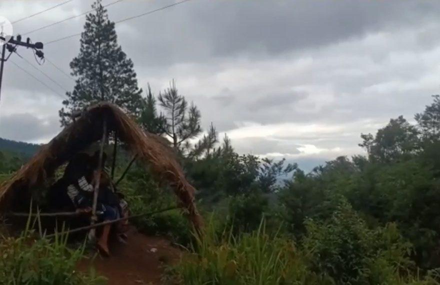 Feby dan kawan-kawannya belajar pada sebuah gubuk di atas bukit
