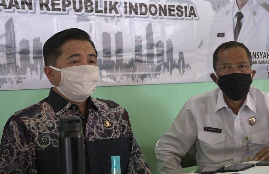 Ibnu Sina (kiri), bersama Hermasnsyah (kanan) dalam press conference