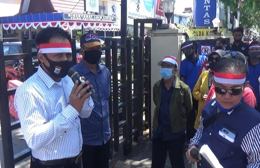 LSM Forpeban dan IPPI Kalsel, menggelar aksi unjuk rasa di depan kantor DPRD kota Banjarmasin