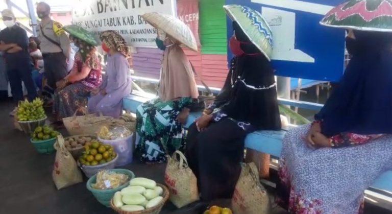 Pedagang Pasar Tarapung di Lokbaintan Dapat Bantuan Sembako Dari Pemerintah