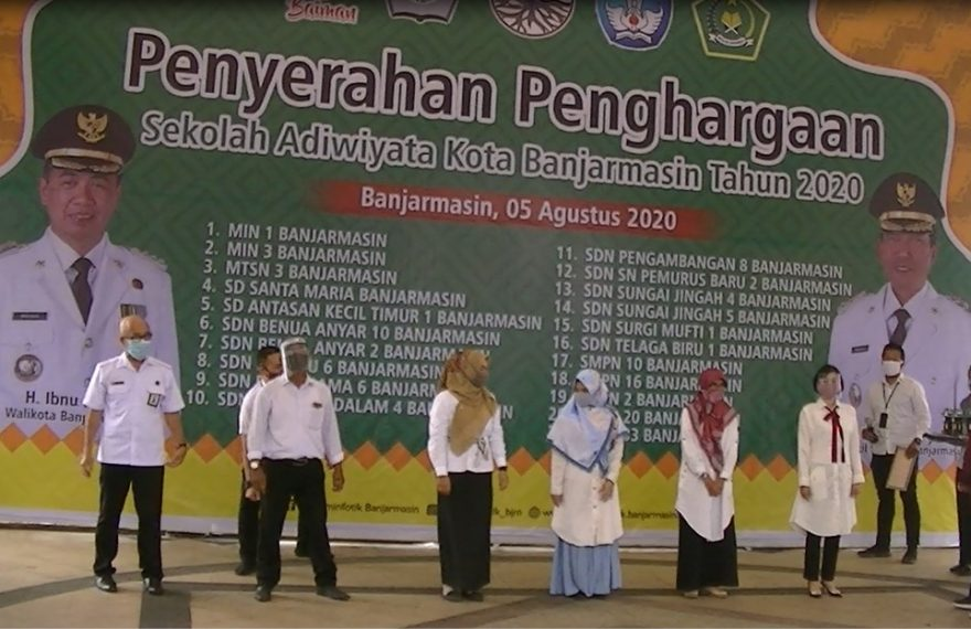 Penyerahan Penghargaan Sekolah Adiwiyata