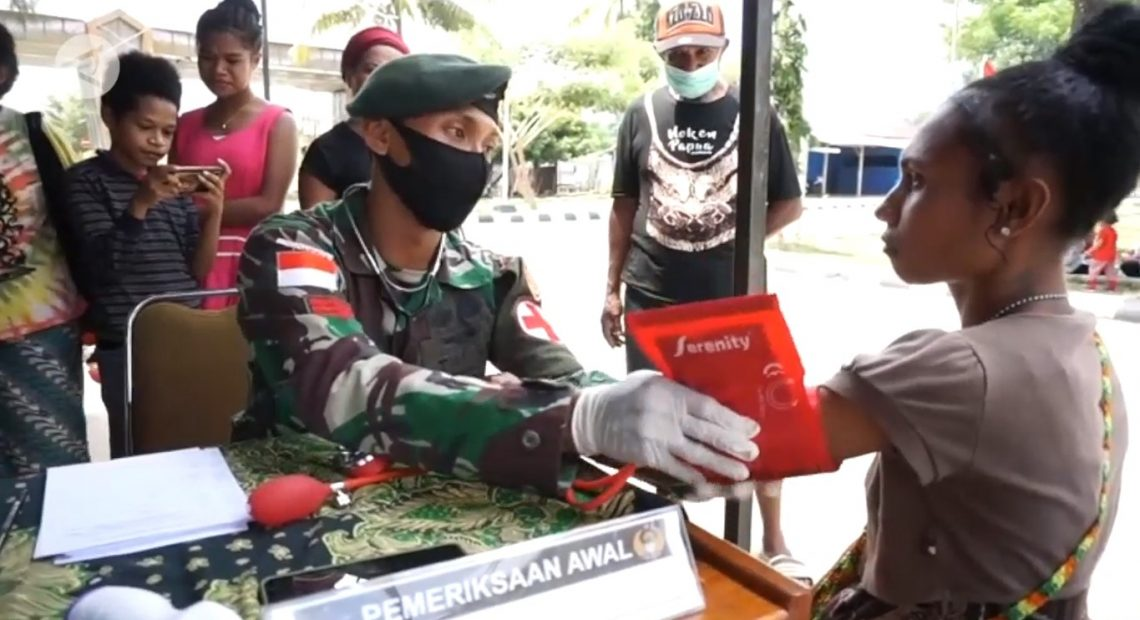 TNI perbatsasan RI-PNG menggelar pengobatan gratis