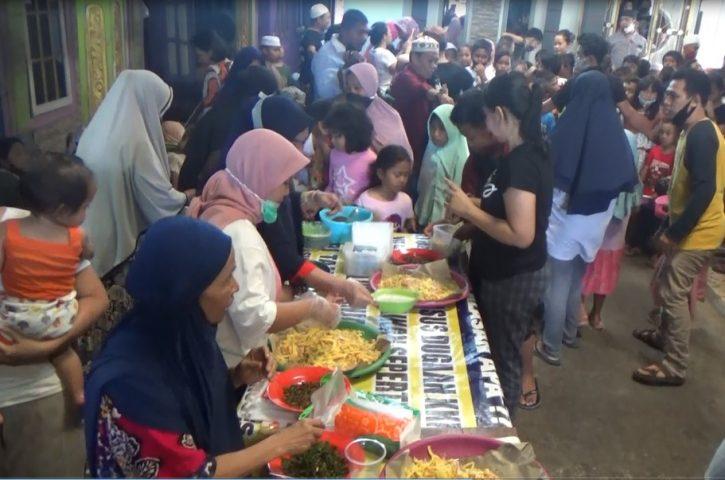 Warga Beramai-ramai Serbu Pembagian Bubur Asyura