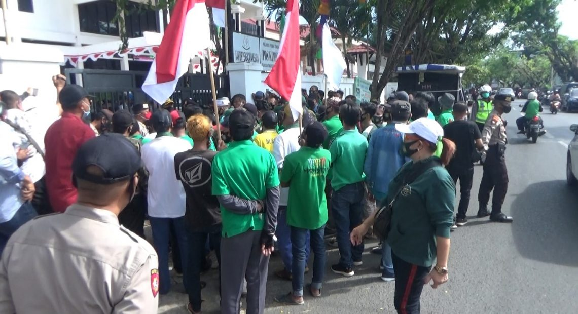 demo di depan kantor Kejati Kalsel