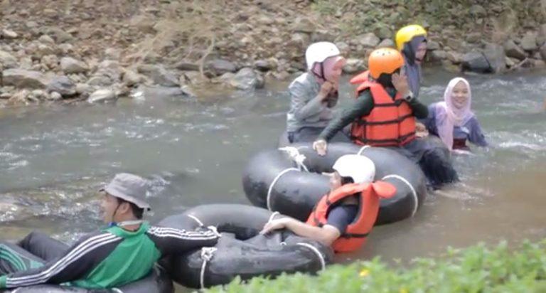organisasi pencinta alam menyusuri Sungai Baguntur