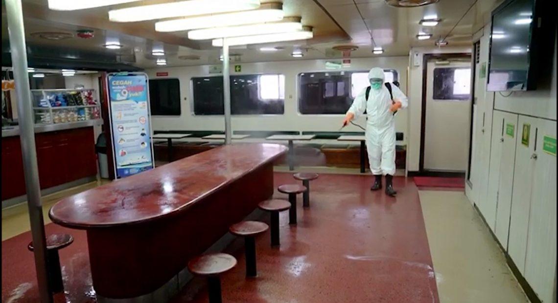 penyemprotan disinfektan pada kapal laut