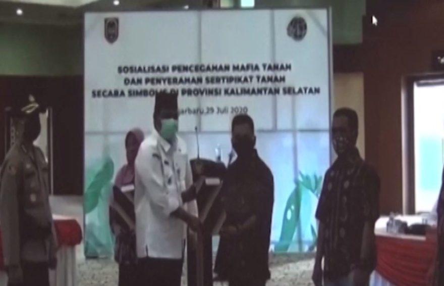 penyerahan sertifikat tanah secara simbolis diserahkan oleh Gubernur Kalimantan Selatan