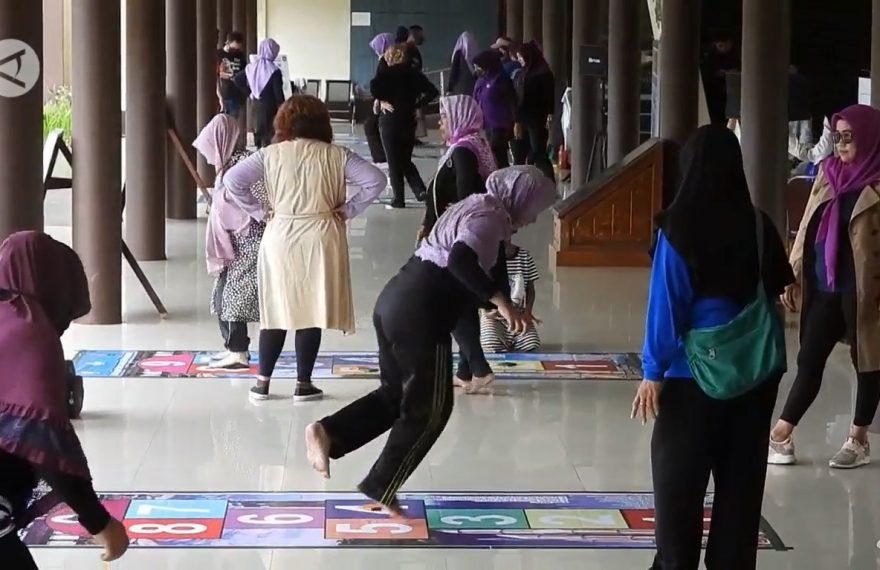permainan tradisional diselenggarakan di Museum Kalimantan Barat