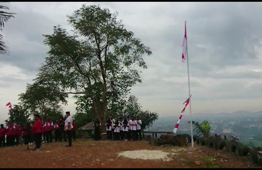 upacara bendera di atas Gunung Matah