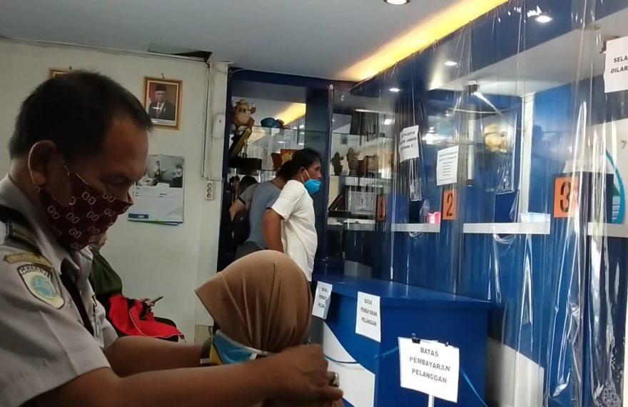 warga membayar rekening PDAM
