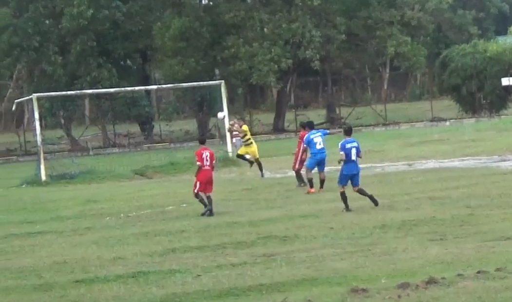 AC Mesin (Biru) menghadapi KDN FC (Merah)