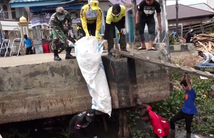 Bersih-bersih Dermaga Bupati HSU