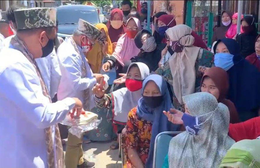 Haris-Ilham dalam meelangi kula di Kampung Sasirangan